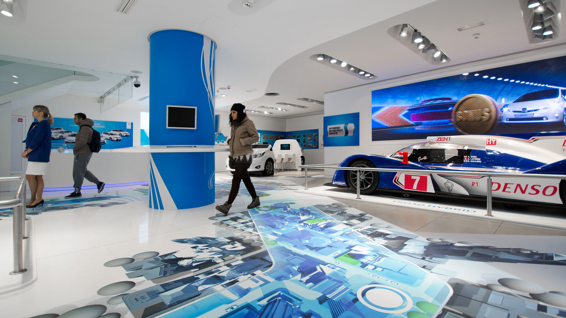 Toyota Le Rendez Vous Paris Showroom Hybrid Ausstellung Bodengrafik